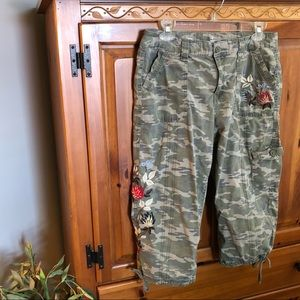 Camo Capri utility pants with embroidery🍁🌿